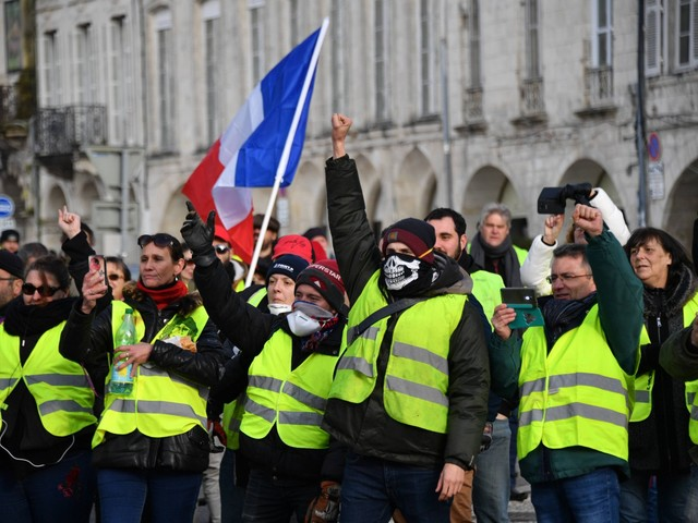 L'idea di Macron per accattivarsi i gilet gialli: liberalizzare l'alcol