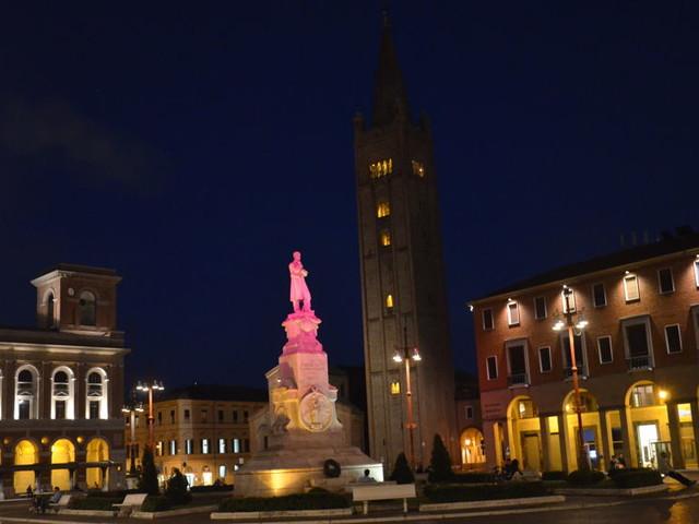 """Tumori al seno, tornano i monumenti illuminati di rosa: """"Colpite sempre di più donne giovani"""""""