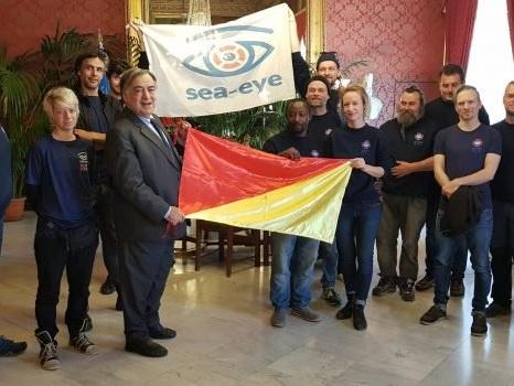 La Alan Kurdi a Palermo: a Palazzo delle Aquile esposta la bandiera della Ong