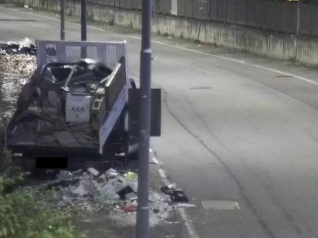 Trasportavano e gettavano arredi ed elettrodomestici vecchi nella discarica abusiva: sette denunciati a Milano