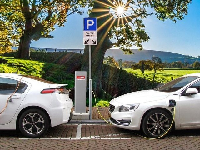 Auto elettriche, lo studio: dalle wallbox alle colonnine ultra-fast, ecco quanto costano i sistemi di ricarica