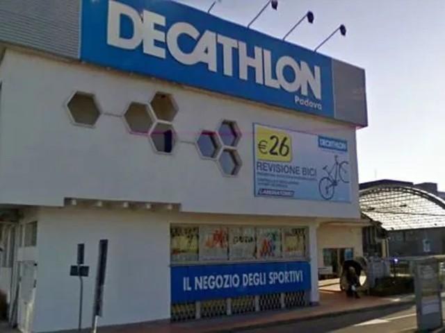 Tragedia all'interno dello store Decathlon, donna trovata morta nel camerino: disposta l'autopsia