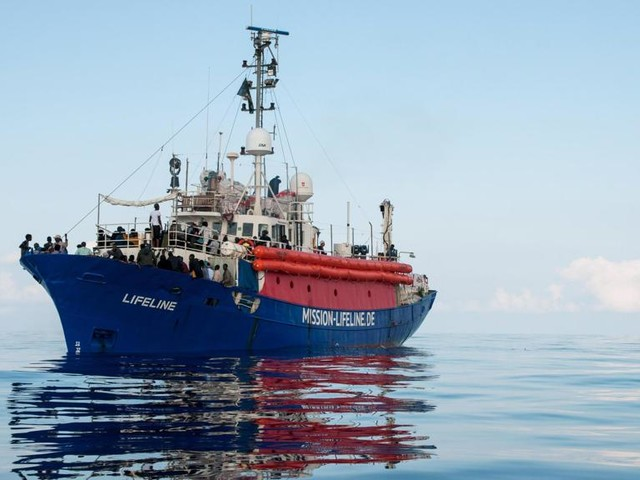 """L'equipaggio della Lifeline scrive a Salvini: """"Vieni qui, a bordo ci sono esseri umani"""""""