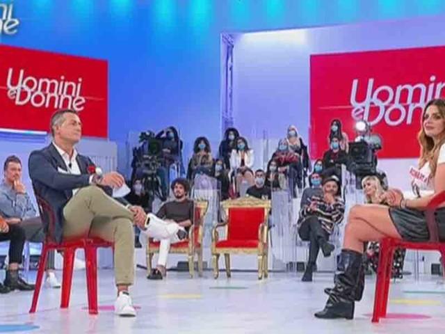 Uomini e Donne, Roberta e Riccardo: l'esclusiva è già a rischio?   Video Witty Tv