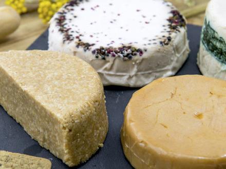 """È boom di """"vegan cheese"""" ma attenzione a grassi e sodio. Il parere di Enzo Spisni, fisiologo della nutrizione"""