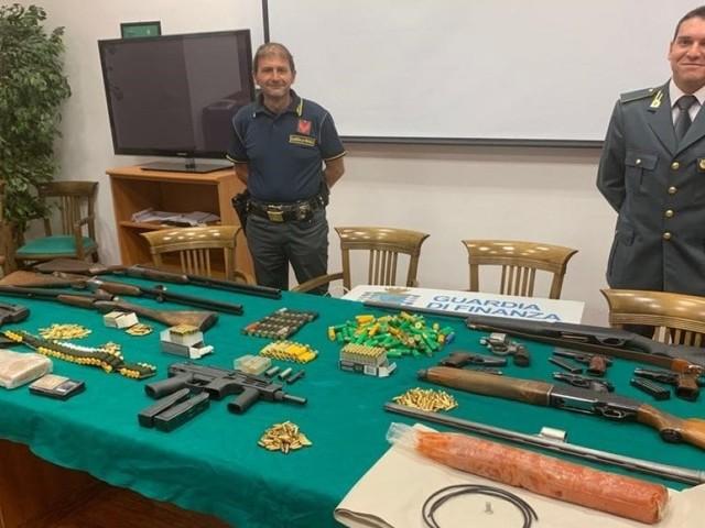 Reggio Calabria, nell'arsenale della 'ndrangheta esplosivo, mitragliatrici. E il simbolo della massoneria su un panetto di cocaina