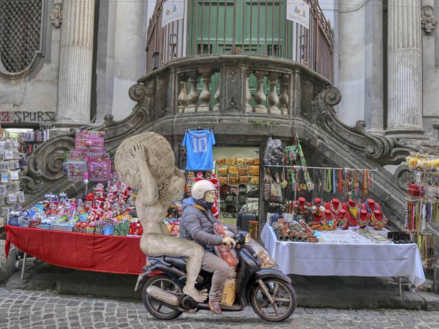 Le statue del MANN a spasso per la città. Succede nei fotomontaggi di Assisi e Cipolla