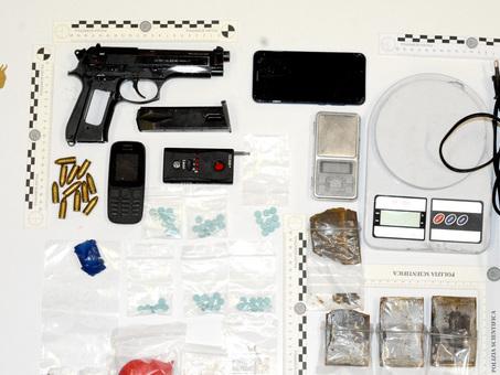 Vita da insospettabile, ma in casa aveva droga, una pistola e munizioni