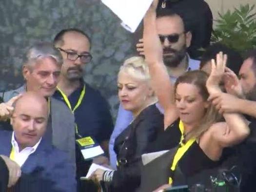 """Pd, protesta """"animalisti"""" a Piazza Grande, Zingaretti: """"Vergogna"""""""