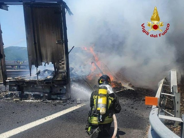 Tir in fiamme in A1, riaperta autostrada, grave conducente