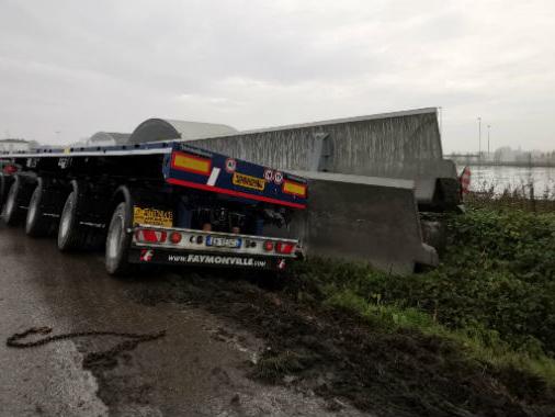Tir perde il carico di travi in cemento armato: strada Asolana in tilt