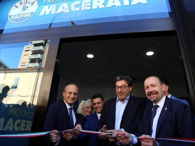 """Macerata, Giorgetti inaugura la nuova sede della Lega: """"Liberare la città da Carancini"""" (FOTO)"""