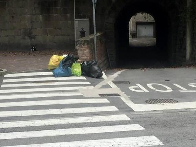 Rifiuti abbandonati in strada, polemica su Facebook: ma il Comune ha già individuato il responsabile