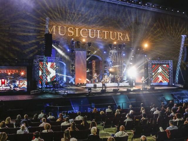 Musicultura 2020 andrà in onda domani su Rai2 con la conduzione di Enrico Ruggeri