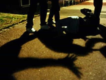 Scambiato per uno stupratore e massacrato di botte da 4 bulli: per un 15enne danni permanenti