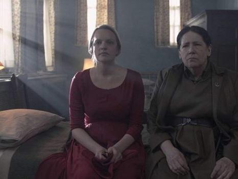 """Zia Lydia da The Handmaid's Tale a The Testaments, la redenzione della """"serva di Gilead"""" secondo Ann Dowd"""
