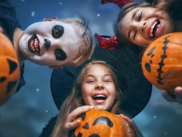 Halloween in Italia, cosa si festeggia? Perché la zucca? Nessuno lo sa ma tutti spendono