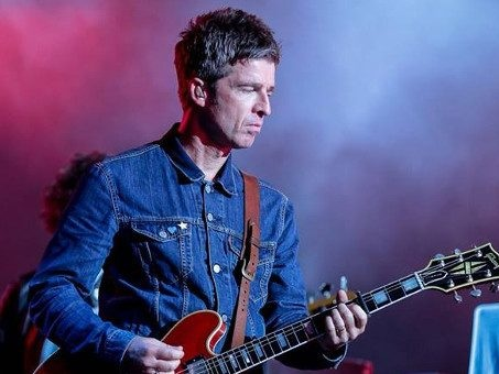 Audio, testo e traduzione di Black Star Dancing dei Noel Gallagher's High Flying Birds, l'ex Oasis in un'inedita svolta disco