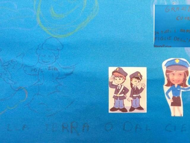 """""""Grazie Polizia"""": una bimba di soli 5 anni porta in caserma due disegni fatti a mano (FOTO)"""