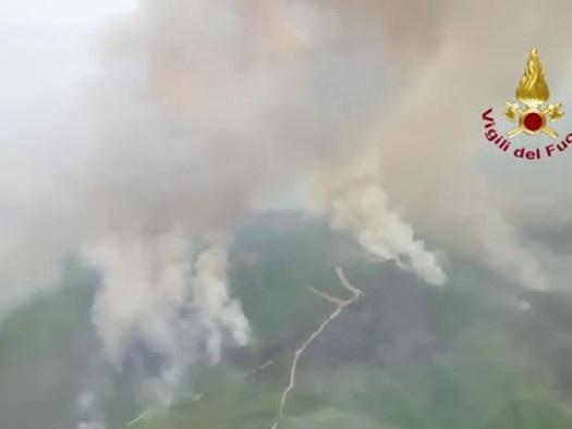 Rogo nell'Oristanese, le immagini dall'alto: Vigili del fuoco a lavoro
