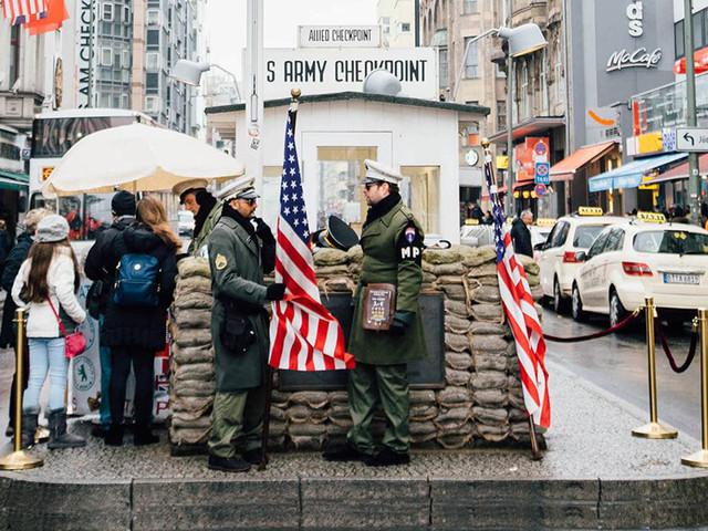 Berlino choc: Checkpoint Charlie addio