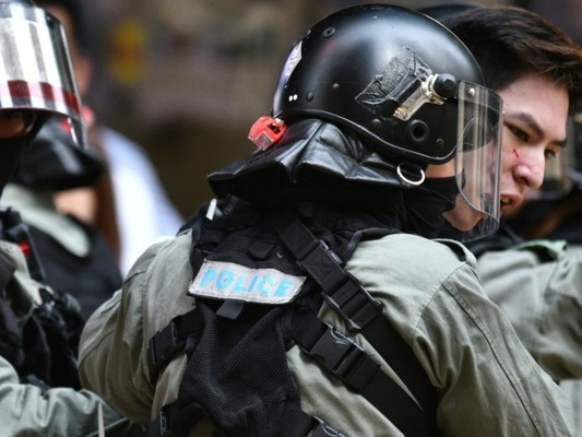 A Hong Kong i manifestanti hanno dato fuoco a un uomo