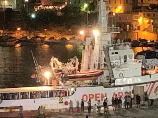 I migranti sulla Open Arms sono sbarcati a Lampedusa