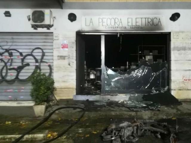 'Pecora elettrica' incendiata, motorino usato come miccia