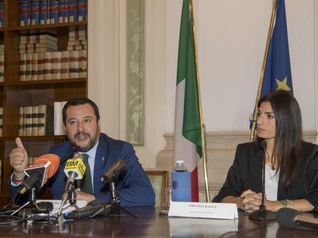 """Salvini adesso sfida la Raggi: """"Incapace, stop Salva Roma"""""""