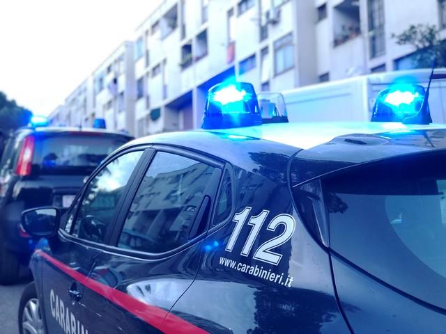 'Piove hashish' a Tor Bella Monaca, per paura dei carabinieri lanciano 900g di droga dalla finestra: arrestati