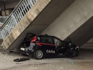 Crolla un altro cavalcavia: auto carabinieri distrutta FOTO VIDEO