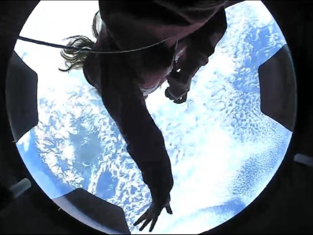 """Primo giorno in orbita per i turisti spaziali di Inspiration4: """"sani e felici"""" in volo intorno alla Terra – FOTO"""