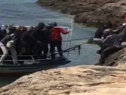 Sbarchi di clandestini e rivolte: Lampedusa specchio dell'Italia