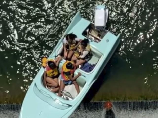 Barca con 4 donne a bordo rischia di precipitare dalla diga: salvataggio in extremis