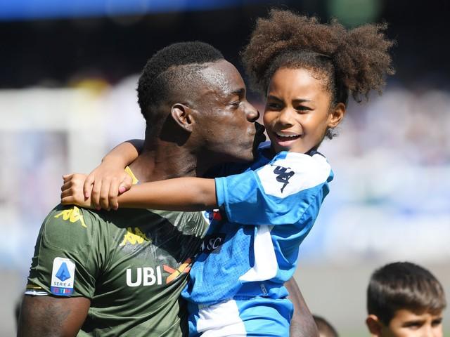 Sorpresa al San Paolo: Balotelli entra in campo con la figlia Pia in braccio
