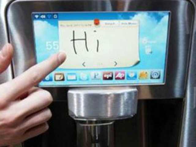 La mamma le sequestra il telefono, 15enne twitta dal frigo: il suo post diventa virale