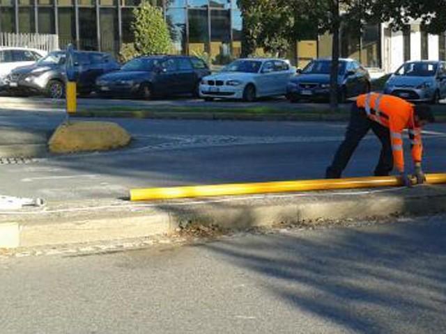 Paura in città: auto fuori controllo sbanda e distrugge un semaforo