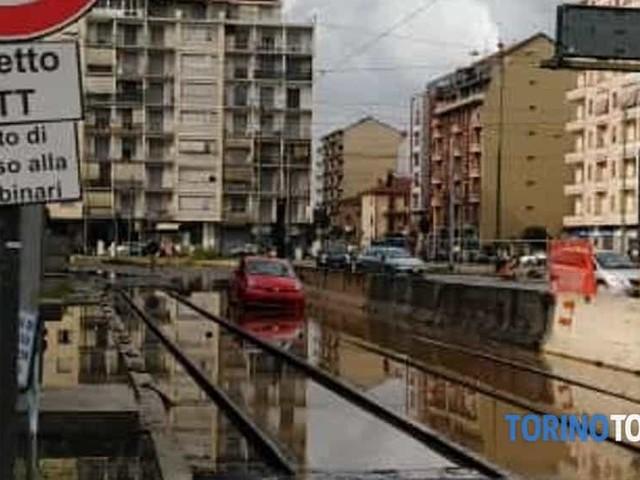 Auto ferma sui binari del tram