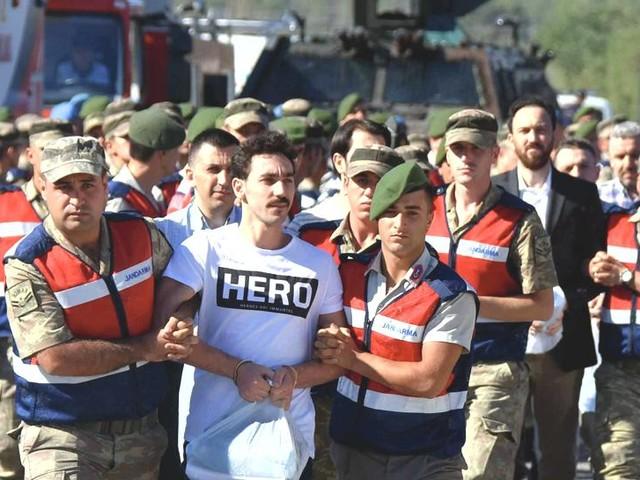 Turchia, le purghe infinite: a due anni dal golpe le carceri non bastano più