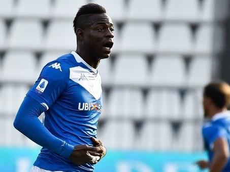 Torino, striscione di Forza Nuova appeso ai cancelli dell'Allianz Stadium: «Balotelli sei africano»