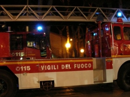 Incendiata la sede della polizia locale di Mirandola, due morti