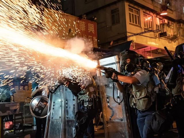 Hong Kong, assalto dei manifestanti alla sede della polizia