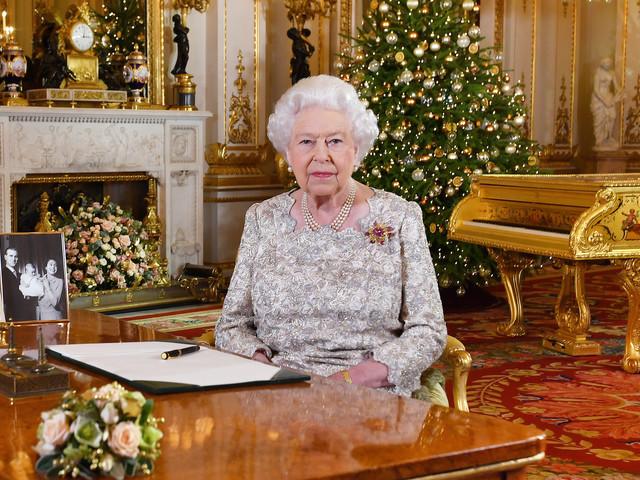 La Regina Elisabetta: gli auguri di Buon Natale e quella foto in bianco e nero con il Principe Carlo