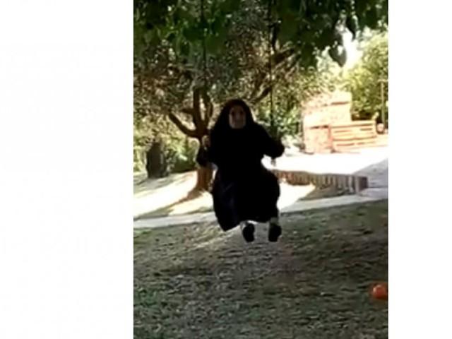 San Severino, l'immagine di suor Agnese sull'altalena a 95 anni fa il giro del web (VIDEO)