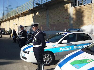 Investe pedone a Pescara e fugge, la Polizia Municipale cerca l'auto pirata