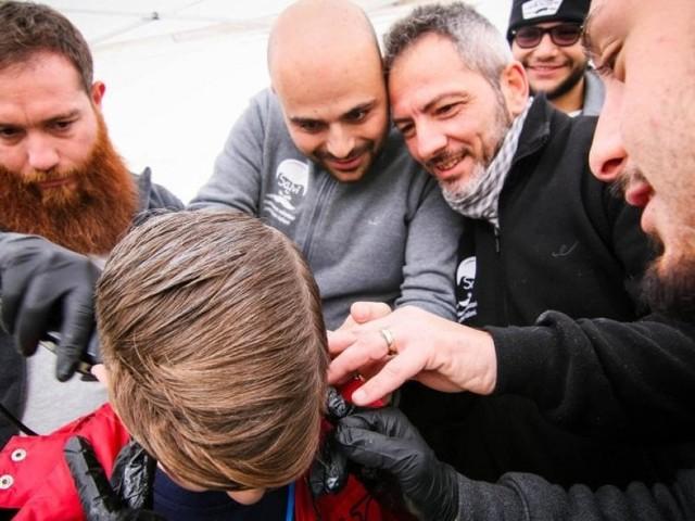 A Napoli ci sono parrucchieri che tagliano gratis barba e capelli per le famiglie più in difficoltà