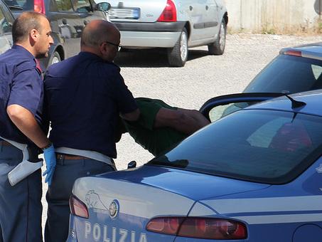 Roma, «Brutto nero», calci e insulti a tassista indiano, arrestati due fratelli spacciatori: caccia al terzo complice