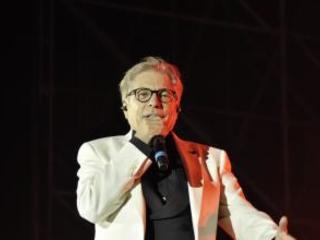 Nino D'Angelo per la prima volta in concerto a Cosenza Intervista dal bimbo oggi cronista che gli portava il caffé