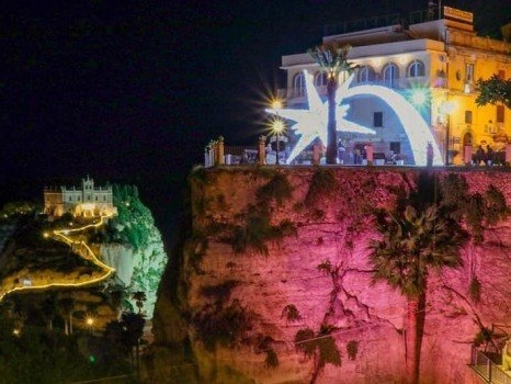 Tropea, la città si veste a festa con le luci artistiche di Natale - Foto