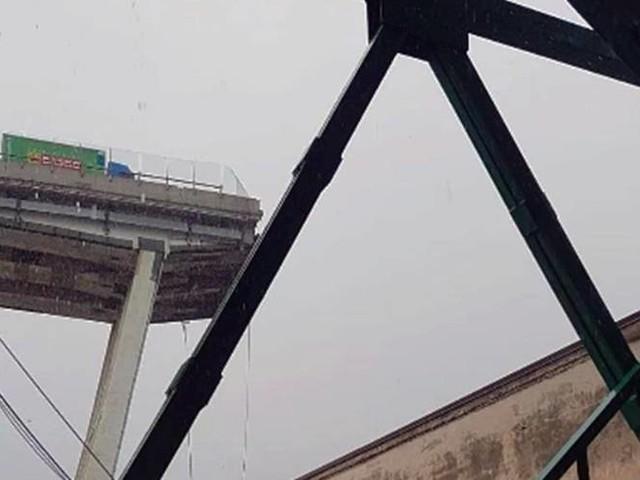 Crolla il ponte dell'autostrada A10 a Genova. Morti e feriti